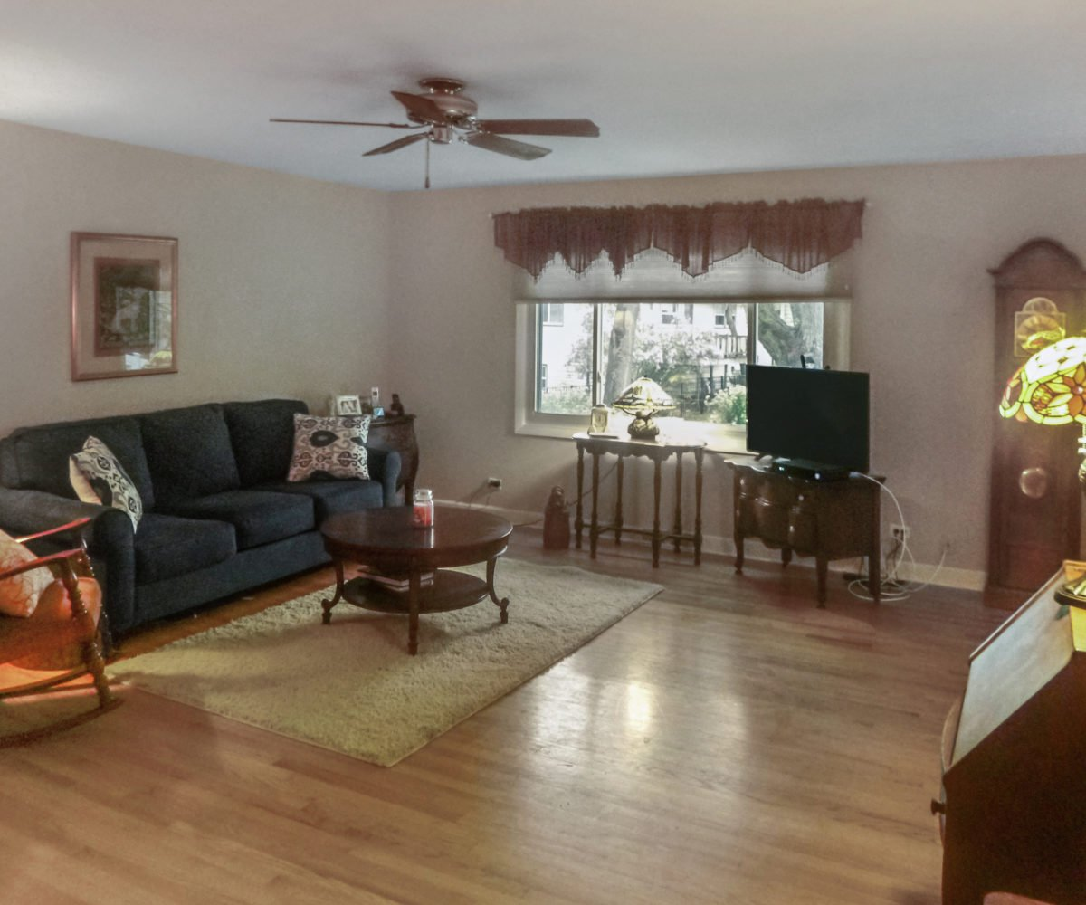 2921 Williams Drive Woodridge Living Room
