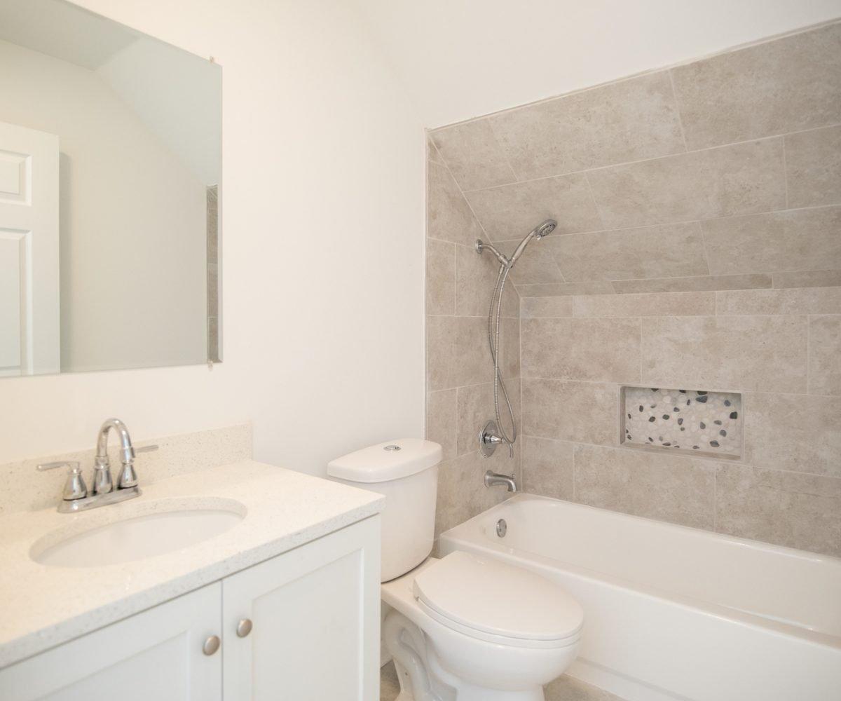 David Harney Realtor Oak Ave Antioch IL bath2